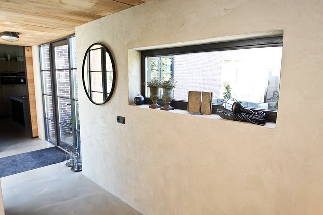 Rechthoekig raam ronde spiegel stalen deur hal