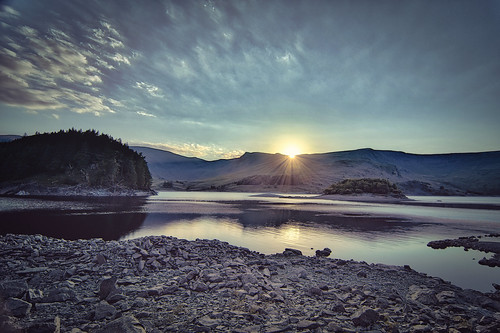 cumbria haweswater lake haweswaterlake reservoir woodhowe lowraise highraise rocks shore woods trees mountains hills lakedistrict lakedistrictnationalpark may2020 spring2020 clouds sun sunny sunset calm tranquil crepuscular twilight dusk sunbeams