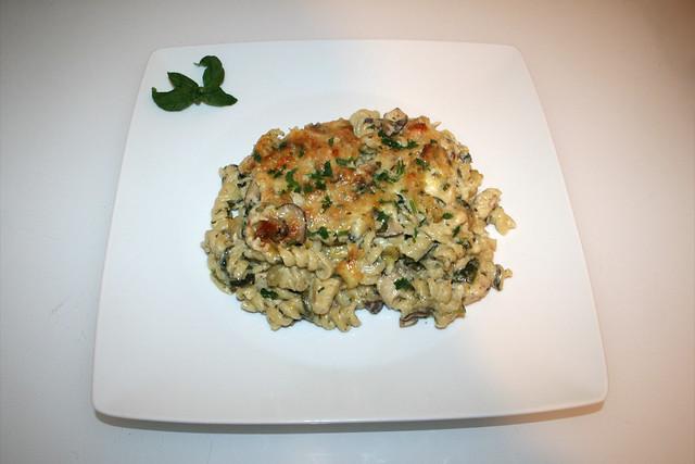 47 - Chicken Alfredo Pasta Bake - Served / Alfredo Nudelauflauf mit Hähnchen - Serviert