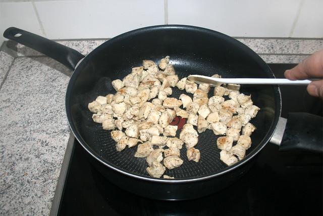 11 - Hähnchenwürfel anbraten / Fry chicken dices
