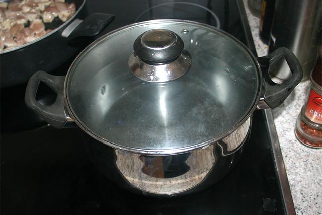 10 - Wasser für Nudeln aufsetzen / Heat up water for cooking pasta