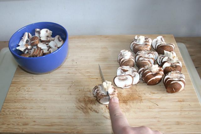 04 - Pilzscheiben halbieren / Half mushroom slices