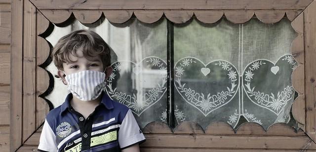 Campan (Hautes-Pyrénées, Occitanie Fr) – Portrait au masque, Bastien, 5 ans