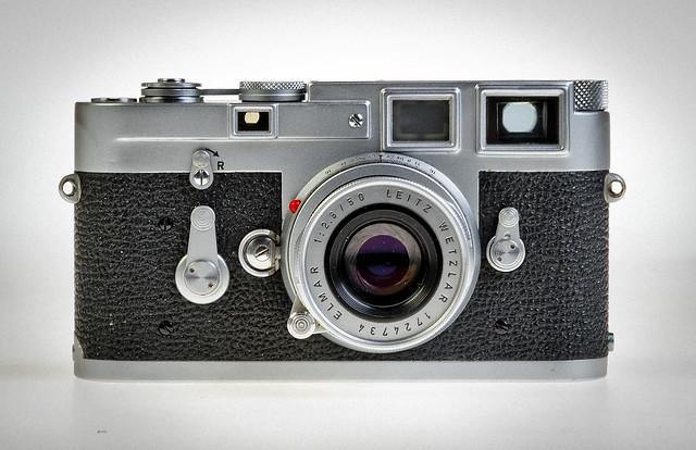 Una càmera entorn un visor / Designed arround it's viewfinder