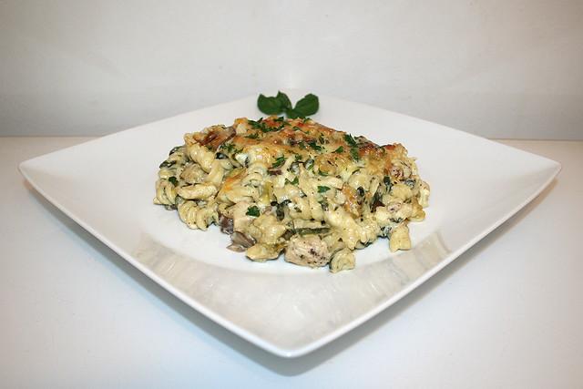 48 - Chicken Alfredo Pasta Bake - Side view / Alfredo Nudelauflauf mit Hähnchen - Seitenansicht