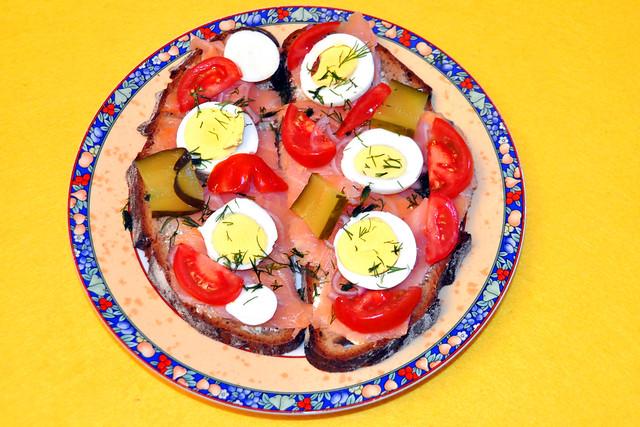 Juni 2020 ... Bio-Wildlachs-Frühstücksbrote, bunt garniert ... Foto: Brigitte Stolle
