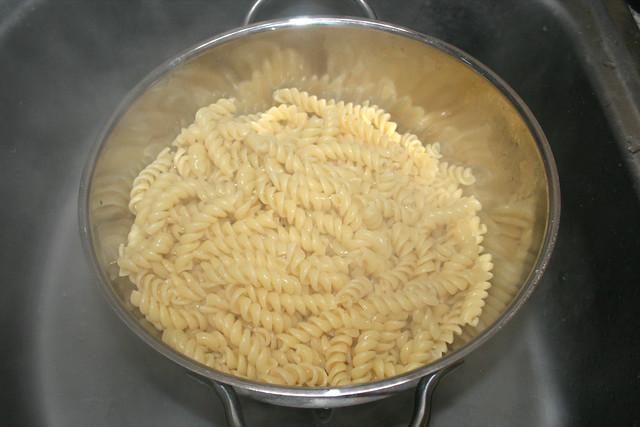 30 - Nudeln abtropfen lassen / Drain noodles