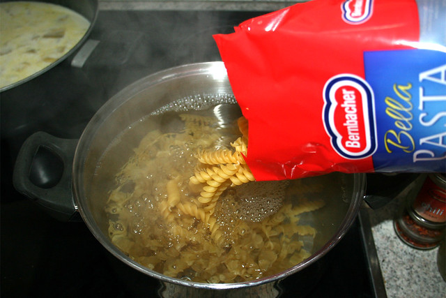 24 - Nudeln kochen / Cook pasta