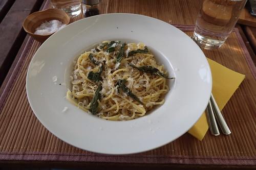 Spaghetti in Salbeibutter mit Parmesan (mein Teller)