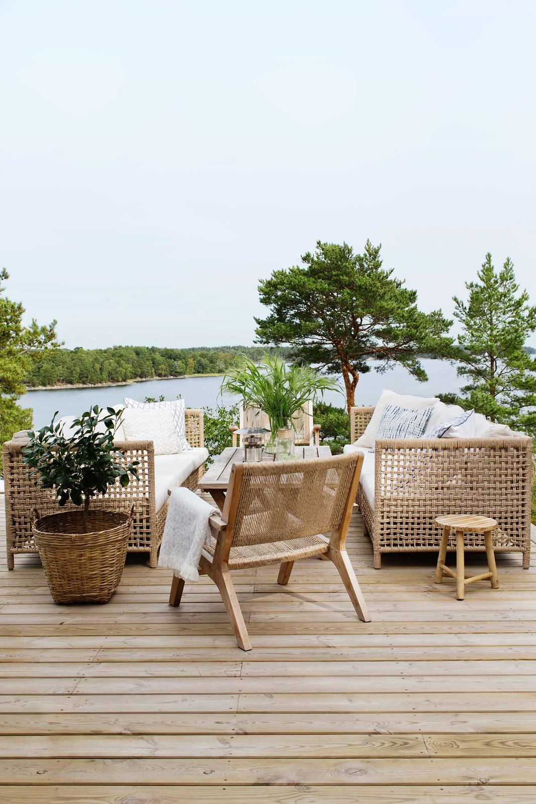 Outdoor Patio Ideas | Outdoor Decor | Outdoor Oasis Deck | Super Chic Backyard Ideas | Outdoor Space Inspiration | Dream Backyard | 5 Tips for Creating a Cozy Outdoor Oasis at Your Home | Backyards that Inspire Me | Porch | Patio Renovation | Patio Remodel | Best Decorated Decks on Pinterest | Boho Patio Inspiration | Outdoor Furniture Inspiration | Neutral Rattan Outdoor Decor | Deck Overlooking Lake