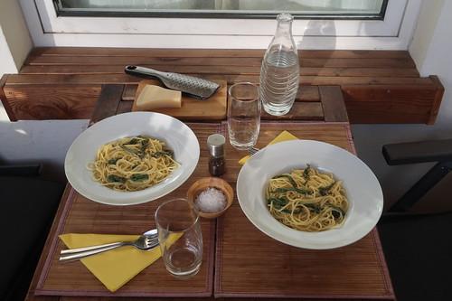 Spaghetti in Salbeibutter mit Parmesan (Tischbild)