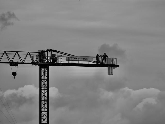 Confinament 41: Bon Dimarts de núvols amb mascareta a prop dels núvols, Barcelona. Captura des del balcó de casa.
