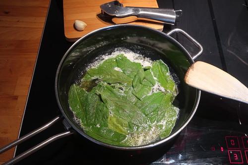 20 Blätter Frischer Salbei zusammen mit 75g zerlassener Butter (gerade in die Pfanne gekommen)