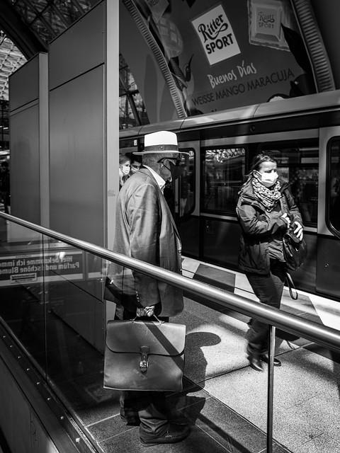 alter Mann mit Tasche und weißen Hut