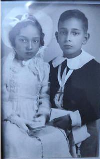 Francisco acompañado de su hermana en su primera comunión