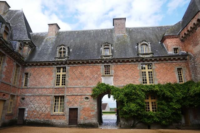 Cour intérieure, château de Carrouges (XIVe-XVIIe), Orne, Normandie.