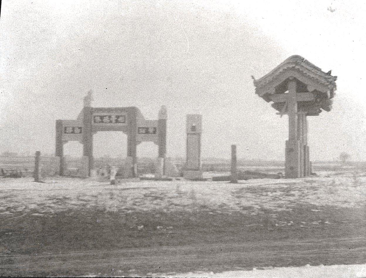 13. Священные ворота и столбы в окрестностях города Ши-Си-Дян-Дза. Ноябрь