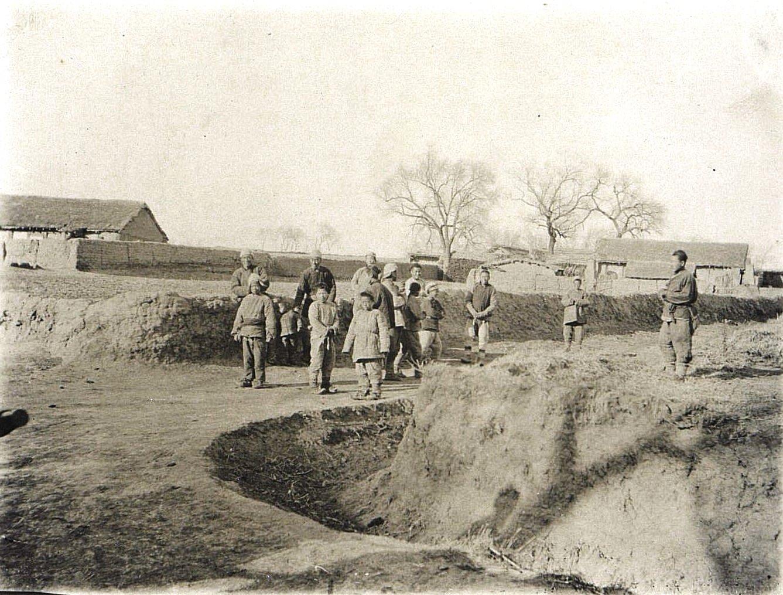 15. По пути из города Ши-Си-Дян-Дза в город Силан-Хэ. «Китайцы смотрят на наш транспорт». Ноябрь 1900