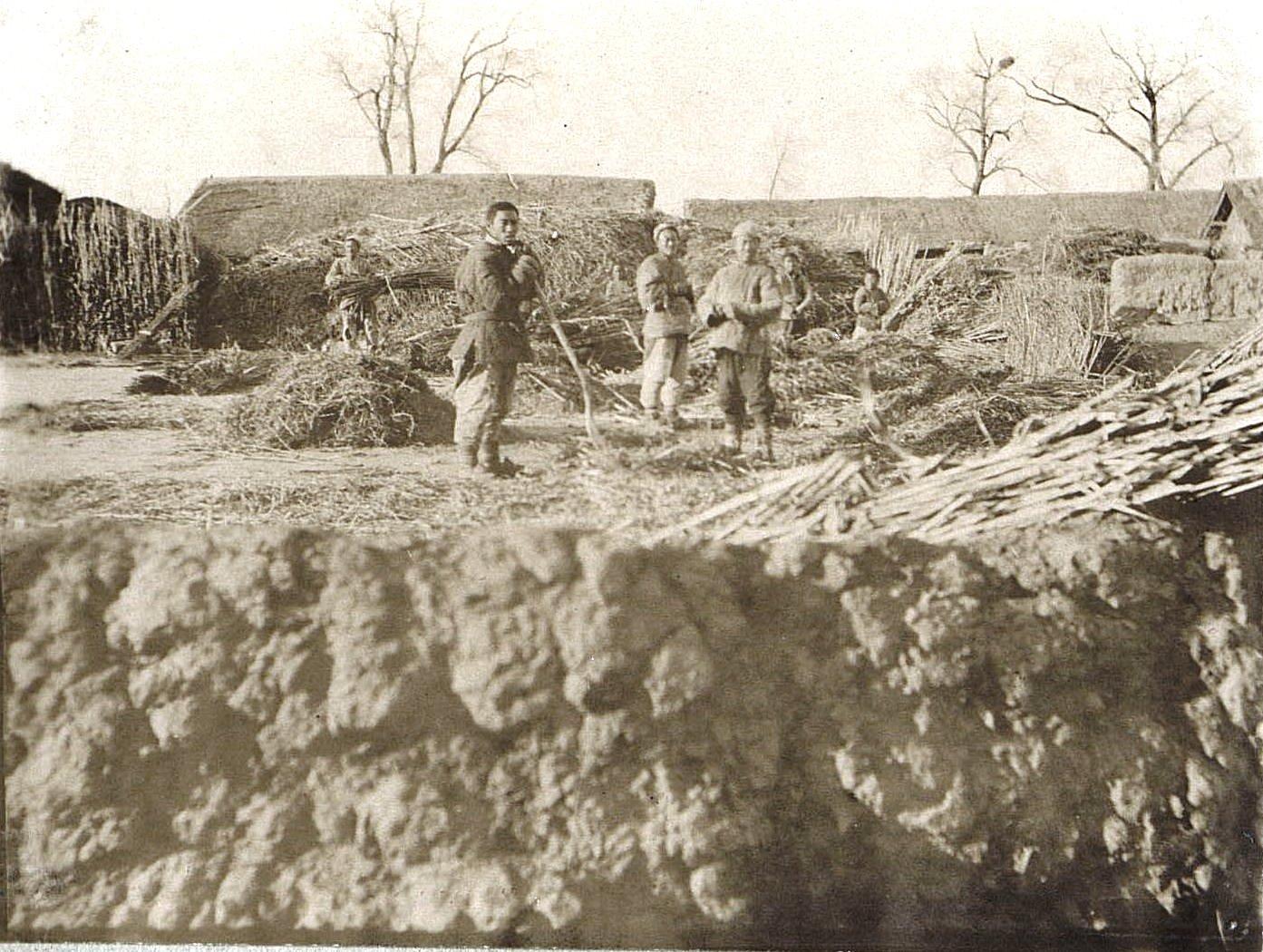 14. По пути из города Ши-Си-Дян-Дза в город Силан-Хэ. Китайцы на молотьбе. Ноябрь 1900