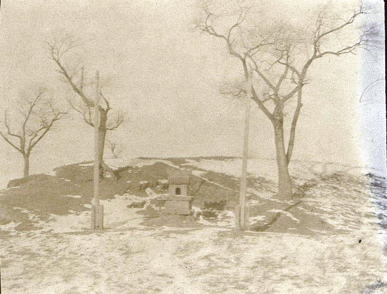 12. Молельня (часовенка) на окраине небольшой китайской деревни. Ноябрь 1900