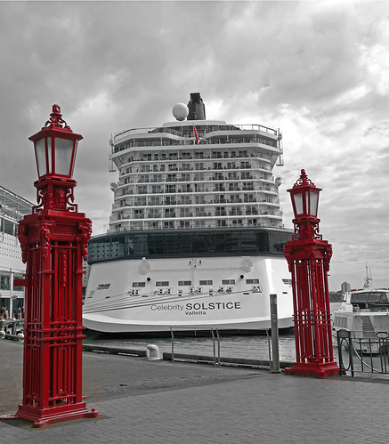 auckland 007988 celebritysolstice newzealand cruiseship cruise ship schiff kreuzfahrtschiff kreuzfahrt lampen lamps red selectivecolour selektivefarbe outdoor outside hafen harbour cloudsstormssunsetssunrises seasunclouds rx100m6