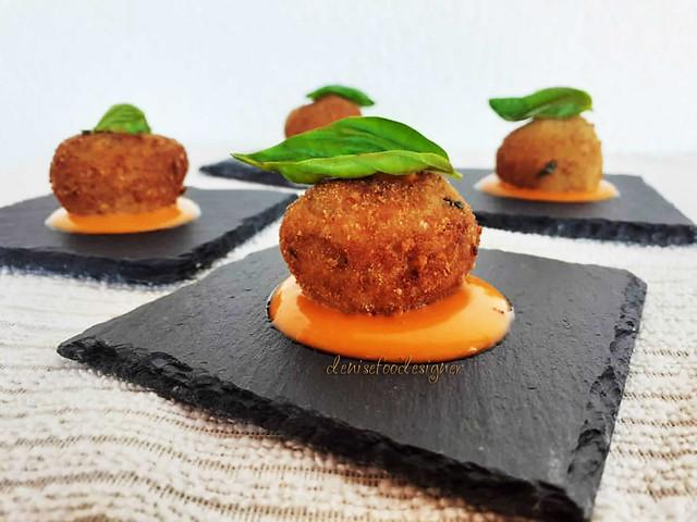 Polpette di melanzane su maionese di pomodoro   Aubergine meatballs and tomato mayonnaise