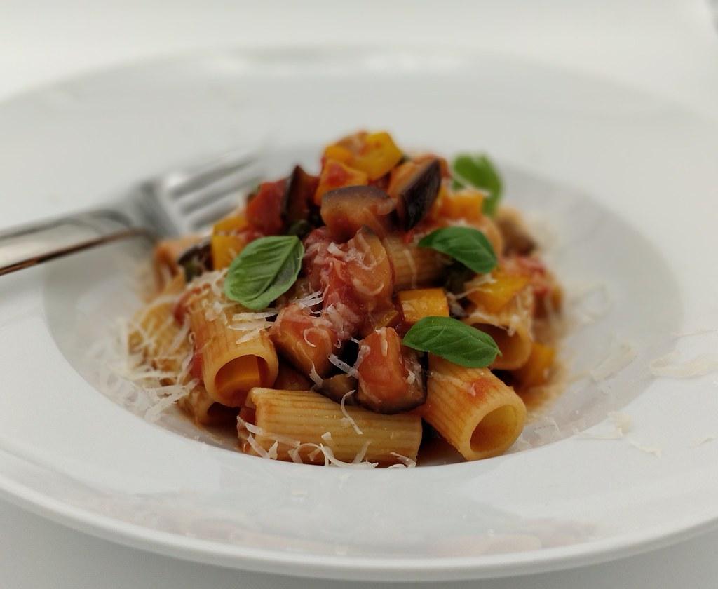 Rigatoni con salsa di verdure alla siciliana