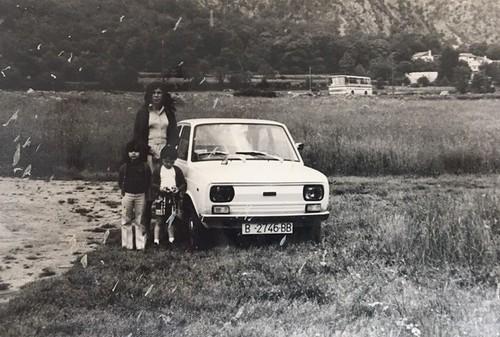 família Claramunt al costat d'un Seat 133,JPG