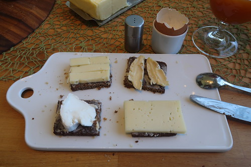 Weichkäse aus Büffelmilch, Bio Hofkäse aus Kuhmilch, Rest vom Fabro sowie Bio Grinkenschmied auf Pumpernickel
