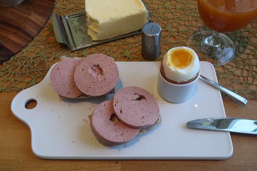 Rindsfleischwurst auf Hafer-Vollkorn-Weckerl zum Frühstücksei