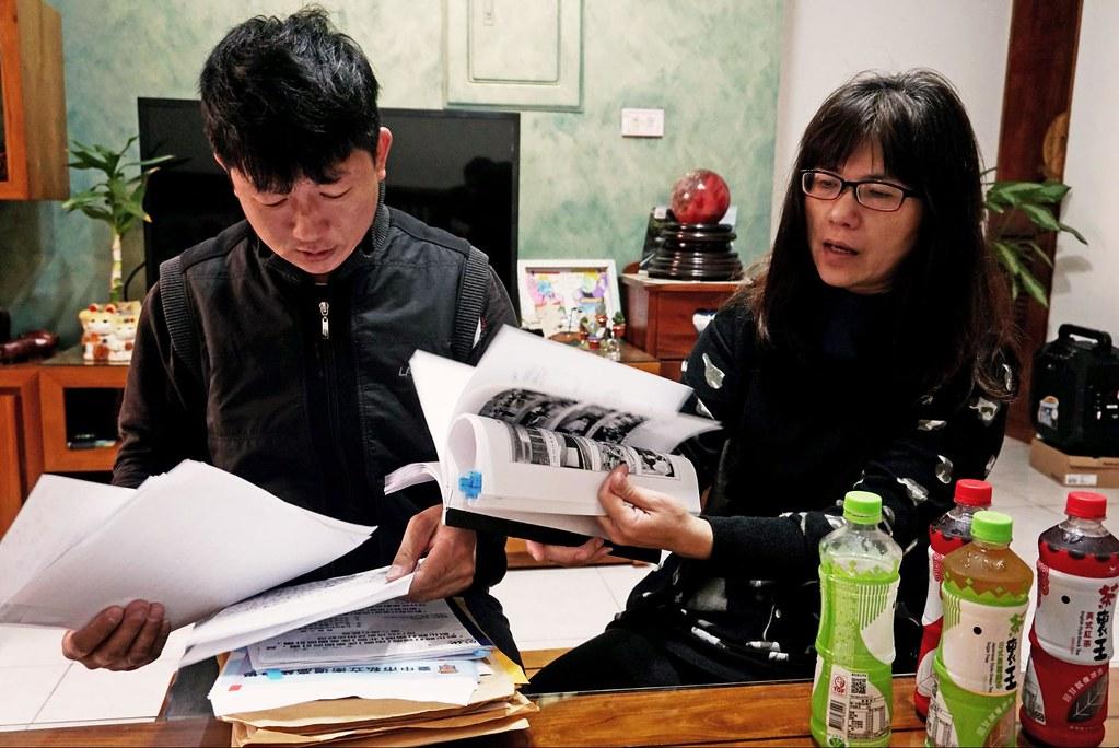 林志賢夫婦拿出充滿註記的資料,一邊補充參與各說明會的經驗。原是一家人共度休閒時光的客廳現在最常討論的卻是反對產業園區的抗爭。攝影:王章逸。