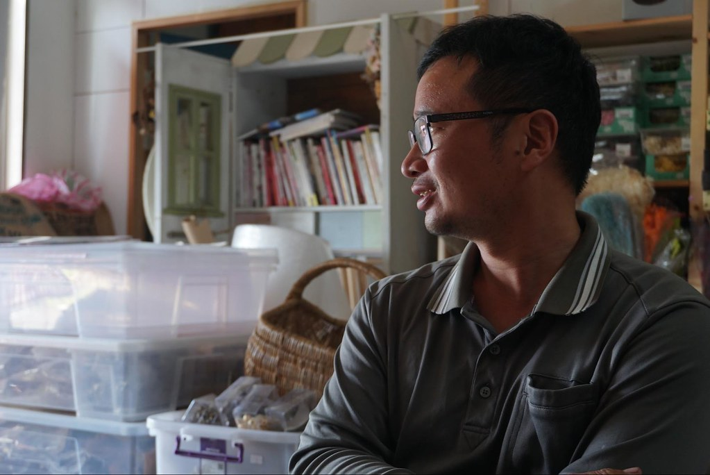 陳正恩回鄉栽種葡萄十年,對於可能開啟的大村科技產業園區到憂心忡忡。(攝影:王章逸)