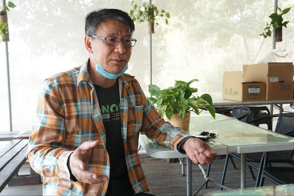 郭俊銀曾擔任社區發展協會理事長,對於社區事務投入頗深。如今碰上大村產業園區的計畫,他希望村民能夠顧及自身權益參與自救會,唯有由下而上的反動才有推翻的可能。(攝影:王章逸)