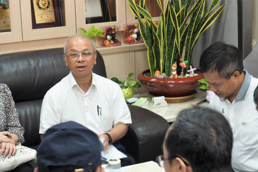台糖董事長陳昭義帶一級主管赴萬巒鄉公所,再推平地造林種電計畫。攝影:李育琴