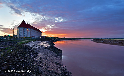 moncton chateau chateaumoncton newbrunswick dawn sunrise earlymorning river clouds reflection nouveaubrunswick petitcodiacriver june 2020 sky
