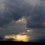15. Mai 2020 - 19:10 - L'ultimo raggio di luce sulla Sacra di San Michele. Torino, Italia