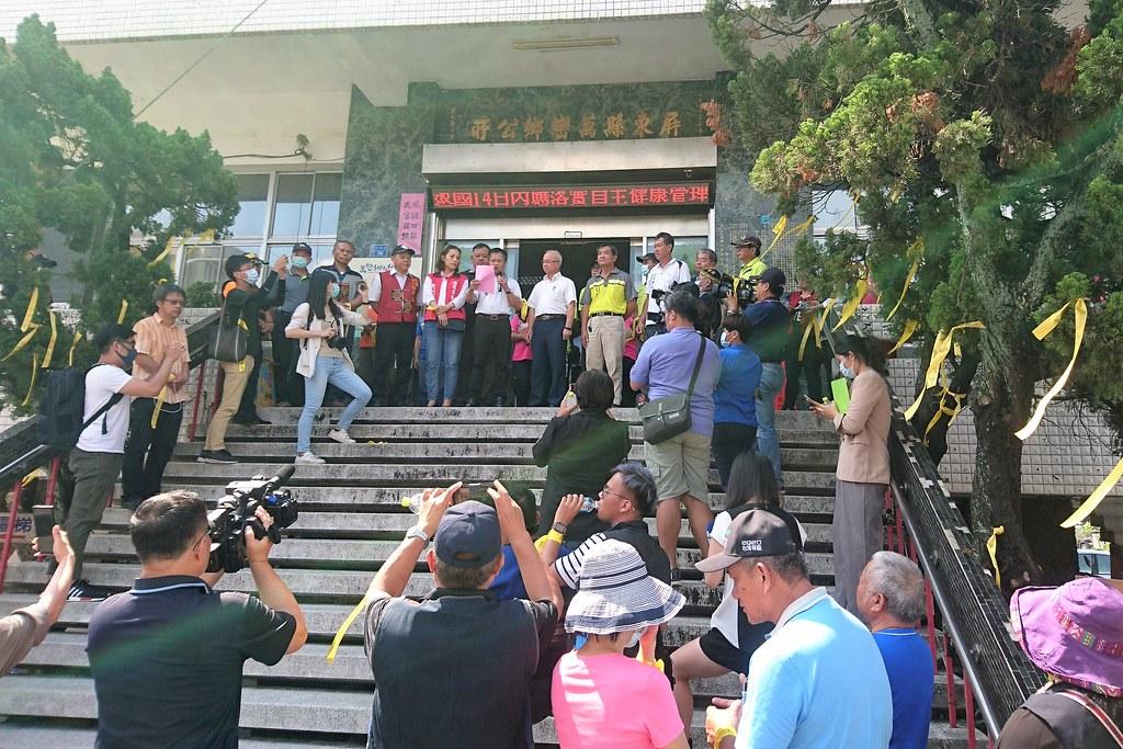 萬巒鄉公所前大民民眾到場表達反對砍樹種電。攝影:李育琴