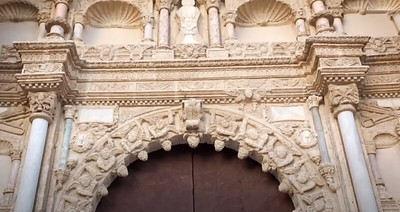 Detalle de la fachada plateresca de la Colegiata de Torrijos (Toledo)