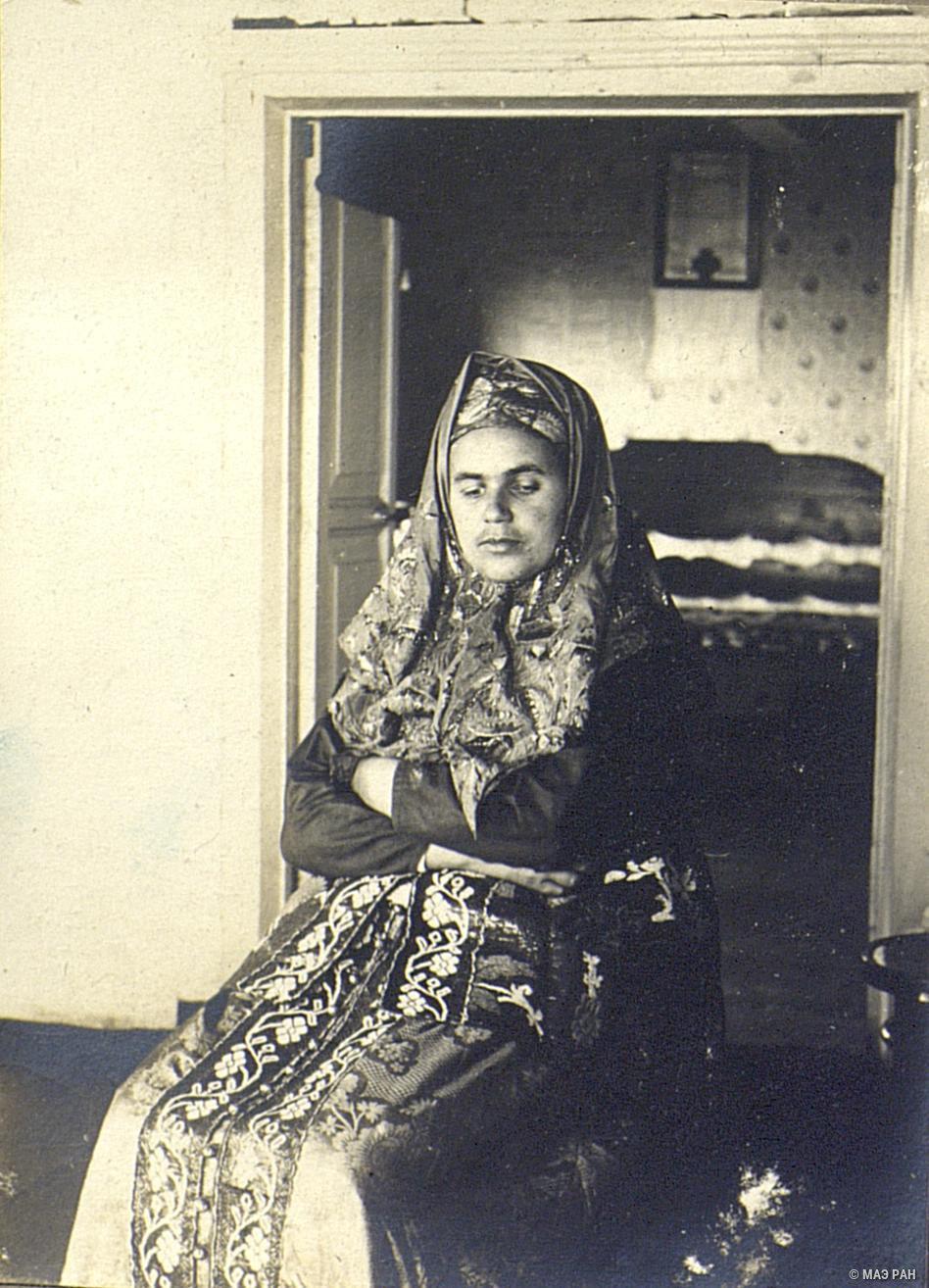 Молодая замужняя женщины в парчово-штофном наряде