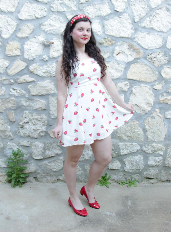 Look robe blanche à fraises et ballerines rouges