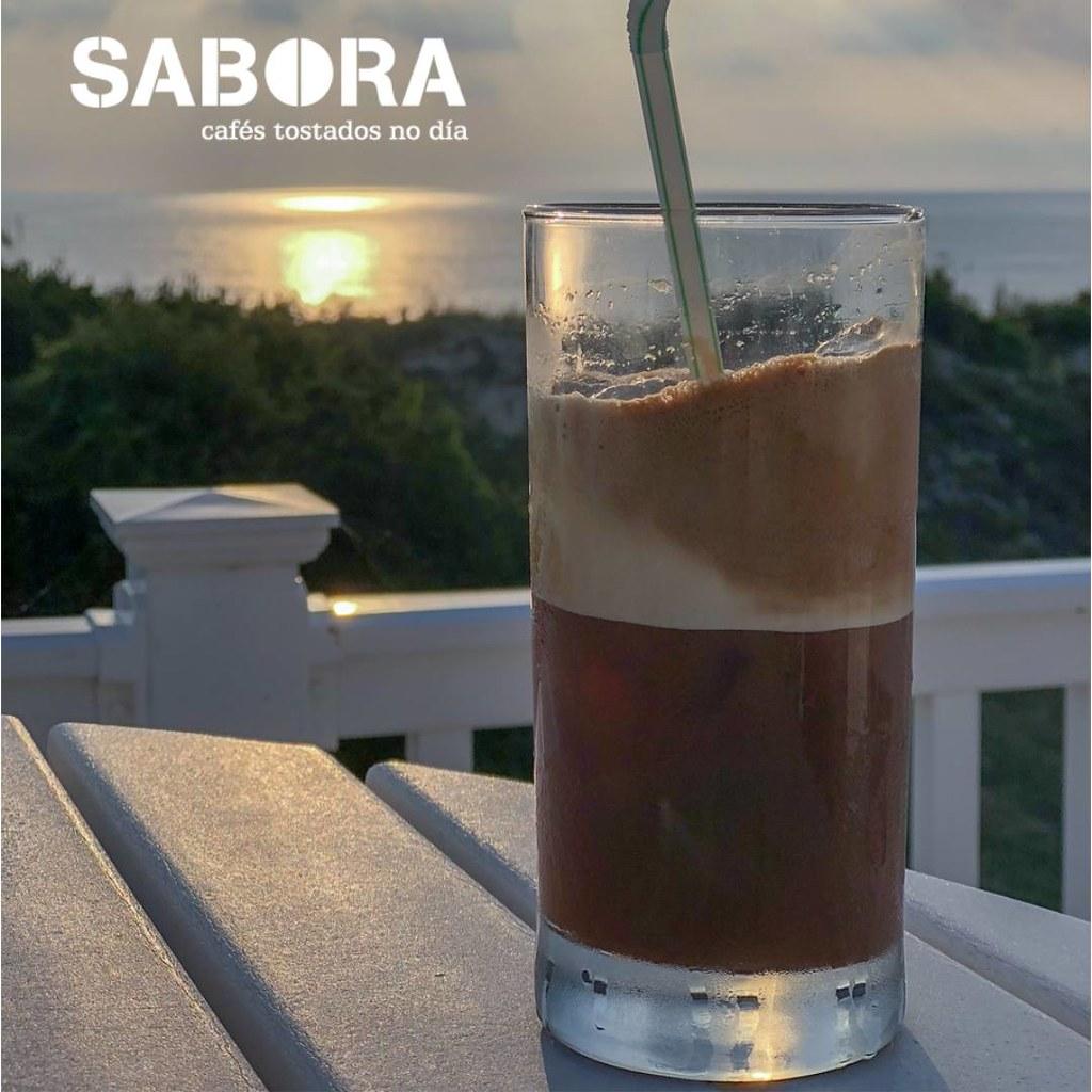 Café  Frappé en mesa mirando ao mar