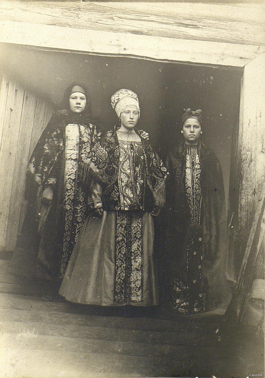 Крестьянские девушки, одетые к хороводу