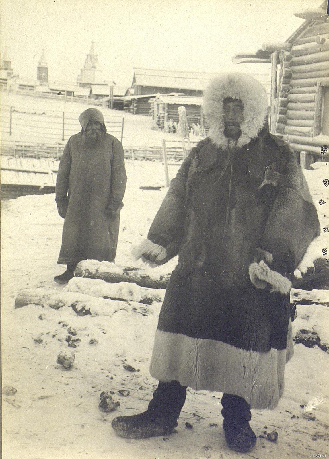 Крестьяне в зимней традиционной одежде