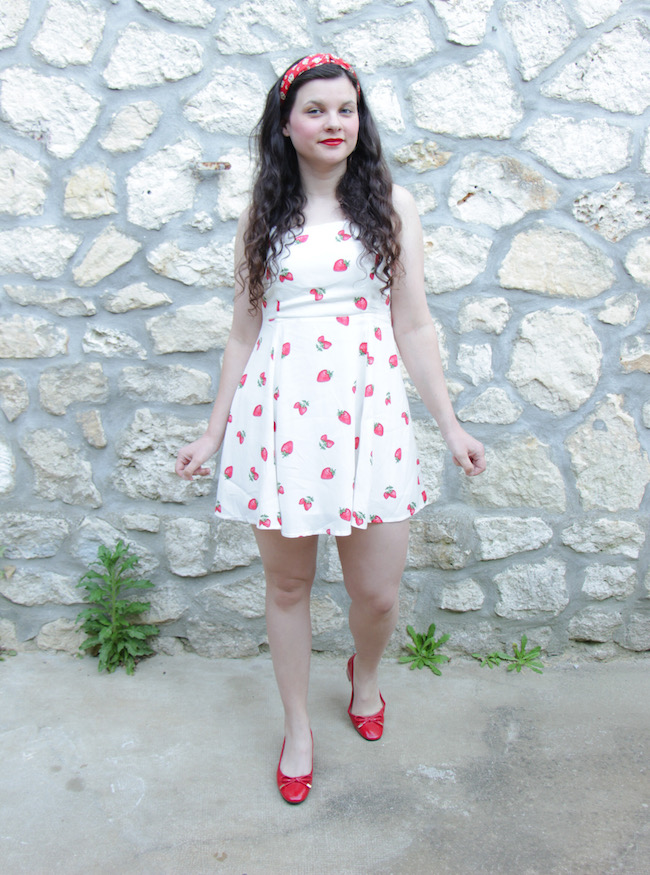 look-robe-blanche-a-fraises-ballerines-rouges-blog-mode-la-rochelle-2