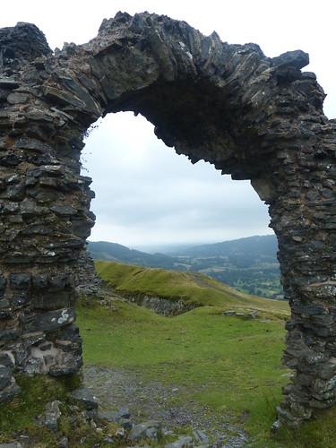 eu britain uk wales cymru llangollen arch boog arc stone wall ruin ruïne castle burcht burg landscape foggy mist fog