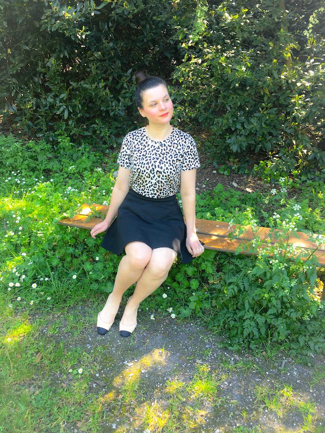 look-t-shirt-leopard-jupe-patineuse-noire-sandales-bicolores-2