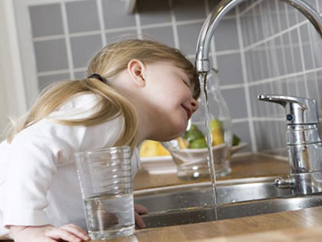 bere acqua da rubinett