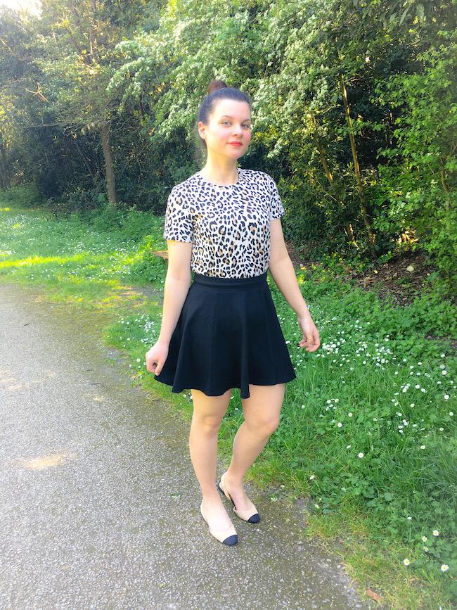 Look t-shirt léopard, jupe patineuse noire et sandales bicolores