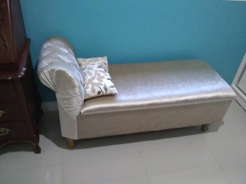 recamier cinza acetinada, com almofada, ao fundo parede azul