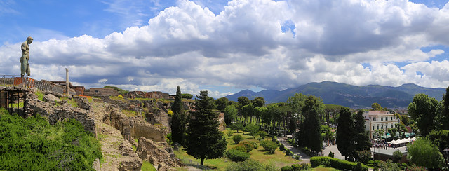 The Greek Daedalus overlooking the ancient and modern Pompeii